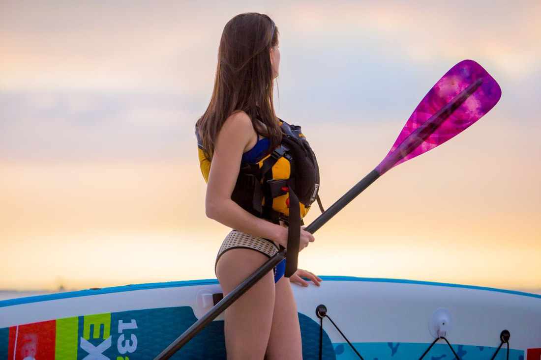 girl_with_paddle_board_and_life_jacket